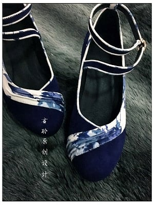 Vicinal Chirping on Flowers Pleated Blue-and-White Trimmed Heels by Jun Ling