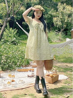 Plus Size Daisy Summer Sweetheart Neckline Short Puff Sleeves Floral Print Dress by Cheese Day